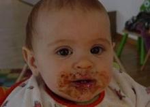 bebe-se-hrane-secerom-i-mastima-roditelji-u-neznanju